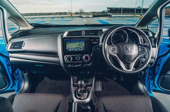 Джаз чувствует себя больше, чем маленький автомобиль внутри, с воздушным интерьером