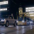 В новом промо-ролике Volkswagen Amarok протянул трамвай на прицепе